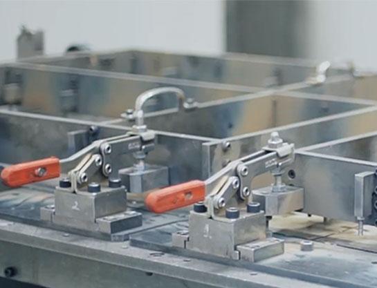冶具を内製することで低コストかつスピーディーな生産