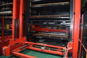 板材の自動供給で24時間加工対応